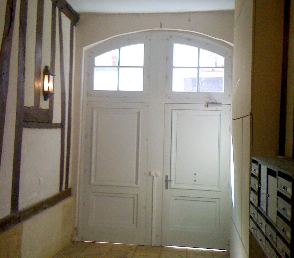 Menuiseries Exterieures Bois - Porte cochère d'entrée en bois traditionelle 1